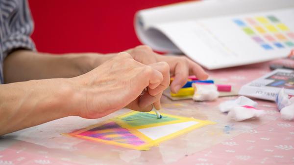 パステルアート体験教室の様子です。描いている人の手のアップが写っています。