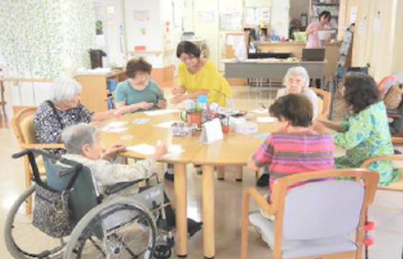 パステルアート高齢者向けレクリエーションの様子です。車椅子に乗りながらもパステルアートを楽しむ一枚。
