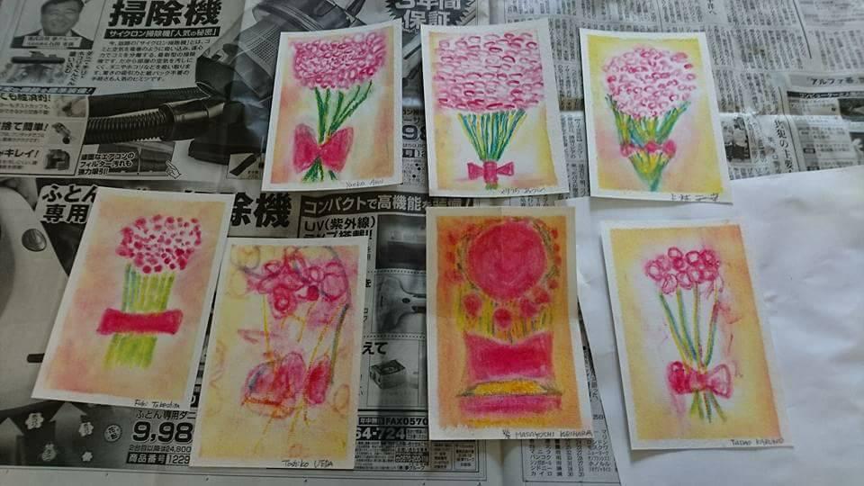 高齢者施設で認知症の方が描いたパステルアートの花束です。ピンクのお花とリボンが可愛い仕上がりです。