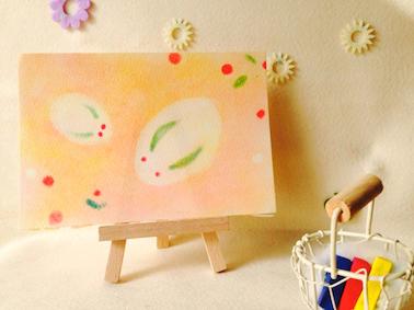 パステルアート冬『雪うさぎ』の作品。背景には南天の果と葉っぱ。それを使ったかわいい親子の雪だるま。向かい合って寄り添うように並んでいます。