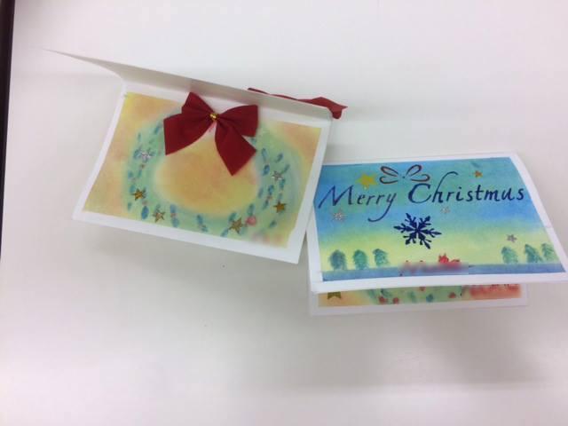 パステルアートのクリスマスカード2。2種類のクリスマスカード。表紙と中にパステルアート作品がそれぞれ描かれています。立体的にリボンも添えて…。パステルアートと工作のコラボレーションです。