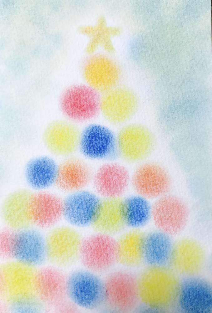 パステルアートクリスマスの作品3『クリスマスツリー』赤青黄色3色のまるが積み重なったまんまるツリー。てっぺんの星が輝きます。
