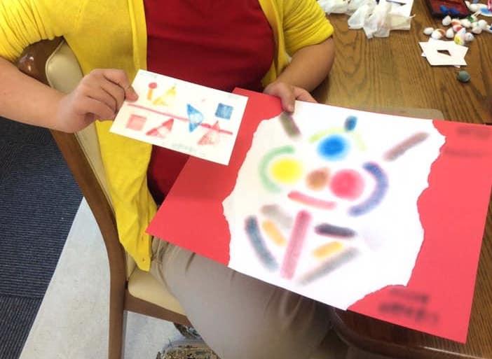 発達障害の子どもとパステルアート。放課後スペースぴぐまりおんにて子どもが描いたパステルアート作品です。色とりどりのまるや三角が楽しい作品です。