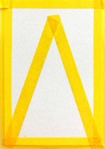 パステルアート描き方『クリスマスツリー』の手順1マスキングテープを三角形に貼っています。